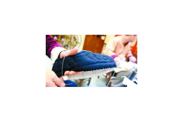 内联陞传统手工制的布鞋,鞋底厚达30多层,世人俗称\